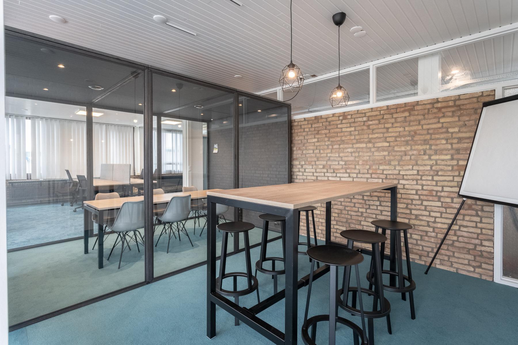 meetingbox en hoge tafel officeplanner kantoor utrecht