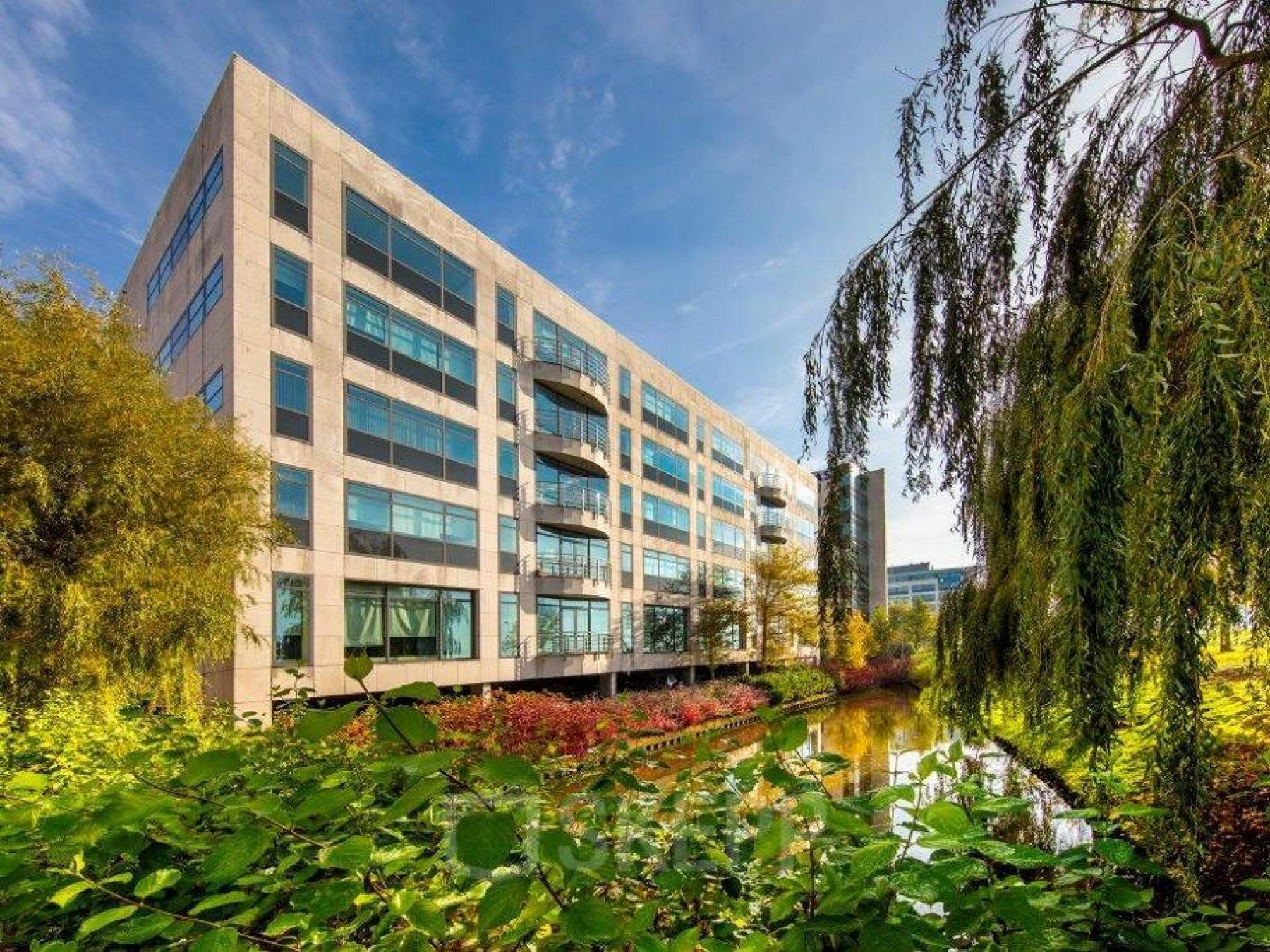 buitenzijde kantoorpand water groene omgeving rustige werkplek