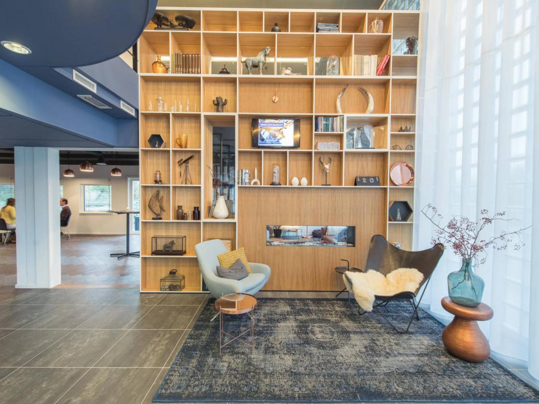 entree kantoorgebouw amsterdam overschiestraat met loungeplekken