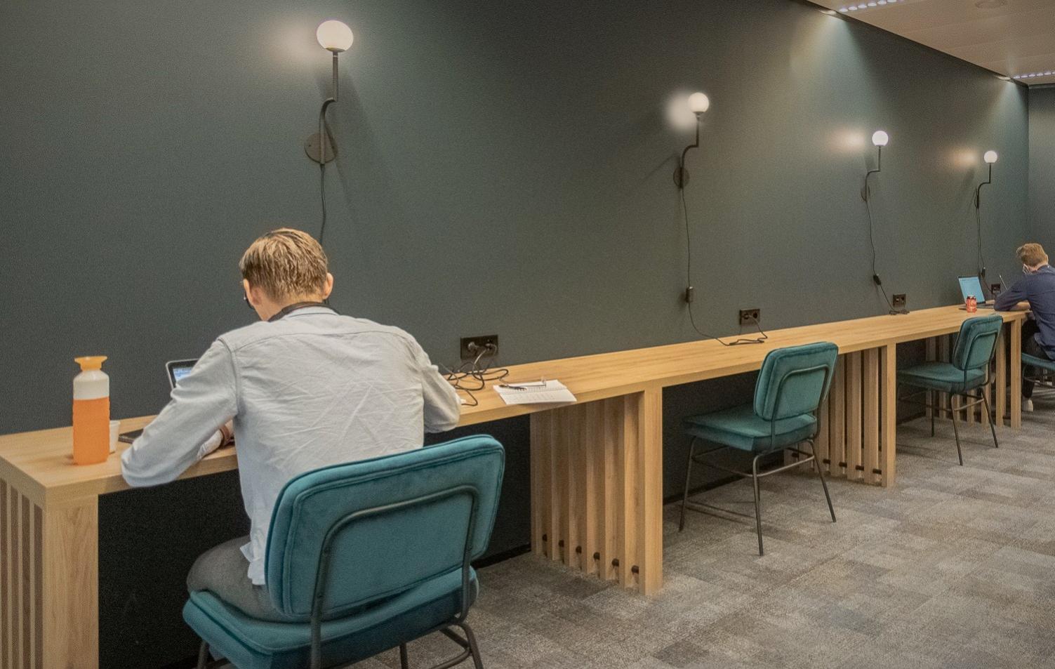 Zorg voor afstand in het 15 meter kantoor
