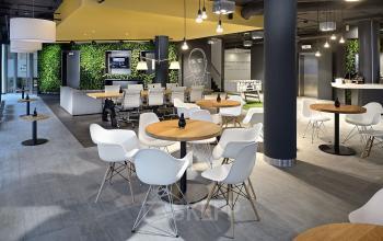 gemeenschappelijke ruimte tafels stoelen amsterdam kantoorgebouw hogehilweg
