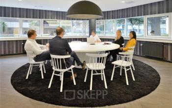 vergadering vier personen witte tafel vergaderruimte grote lamp stoelen kantoor amsterdam hogehilweg