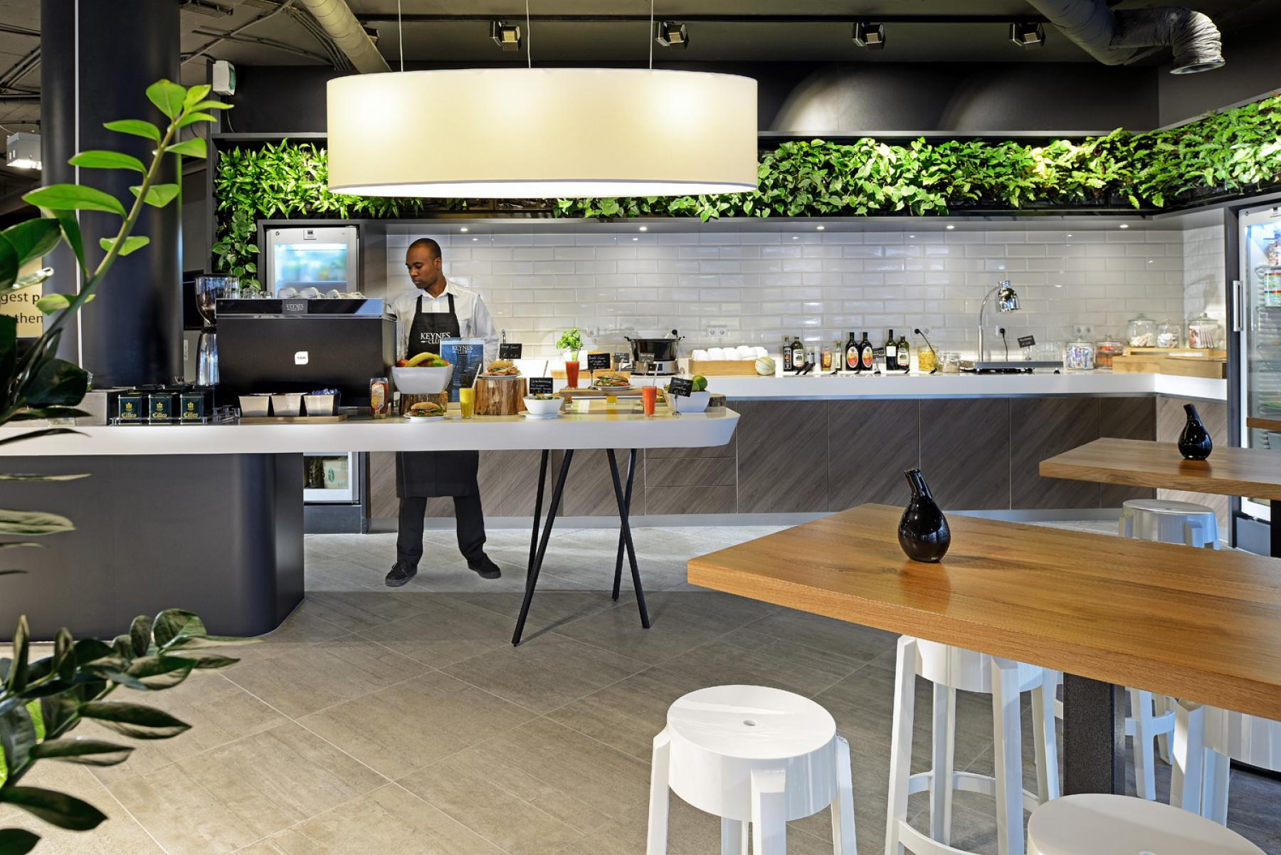 restaurant broodje eten amsterdam zuidoost kantoorpand tafel stoelen medewerker keuken