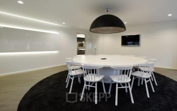 vergaderruimte tafels stoelen televisie vloerbedekking grote lamp amsterdam zuidoost hogehilweg kantoorgebouw
