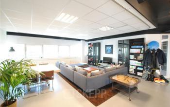 loungeplekken kasten tafel grijze bank kantoorpand amsterdam zuidoost