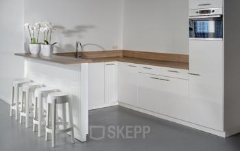 kantoorgebouw amsterdam zuidoost met pantry barkrukken magnetron aanrecht kasten modern wit