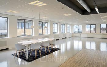 vergaderruimte grote ruimte tafel stoelen ramen uitzicht kantoor amsterdam zuidoost