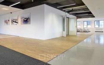 kantoorruimte op maat amsterdam zuidoost tafel stoel vloerbedekking ramen uitzicht
