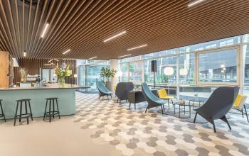 Creatieve nieuwgebouwde werkplekken kantoorruimtes kantoorkamers gezond modern vergaderzalen vergaderruimtes smoothiebar coffeebar lunchen parkeergarage aanwezig Almere oudweg