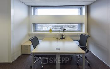 kantoorunit gemeubileerd ingericht raam uitzicht vloerbedekking almere centrum