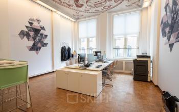 Klassieke kantoorruimte grote ramen veel licht netjes hoog plafond