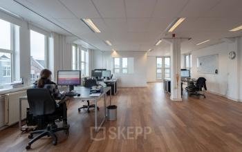 nette ruime kantoorruimte Amsterdam houten vloer