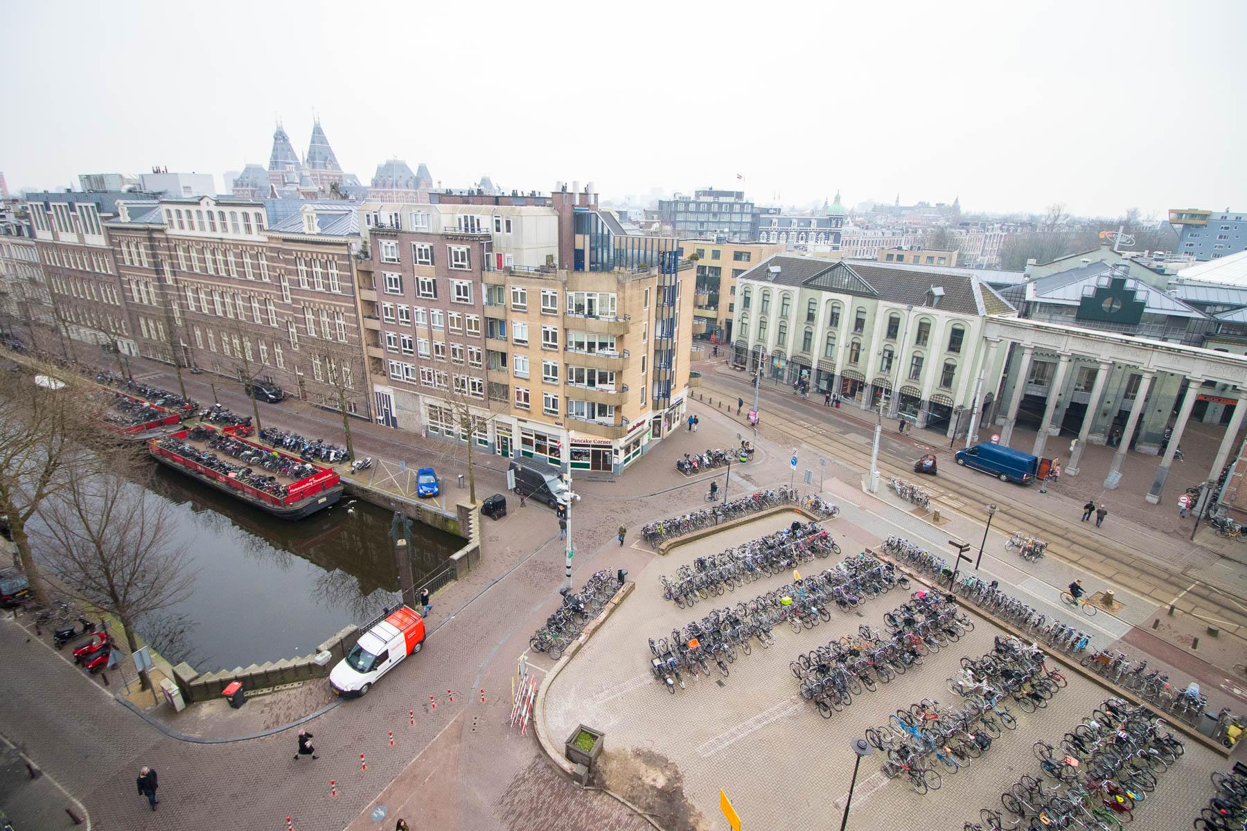 Uitzicht op het plein voor het pand