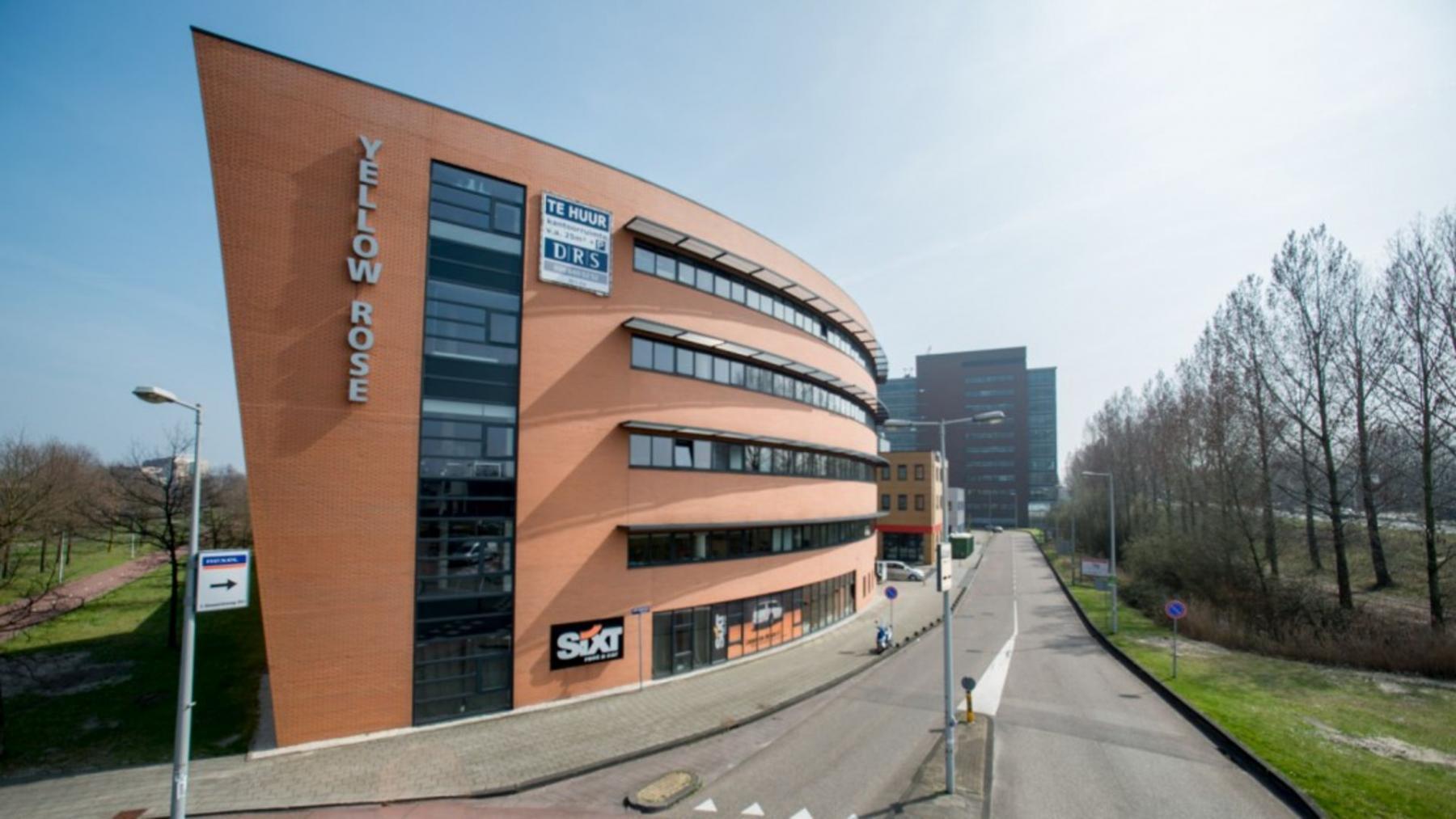 openbare weg bij kantoorgebouw in Amsterdam