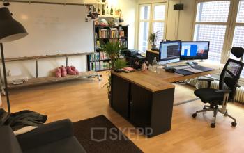Grote kantoorruimte met ramen