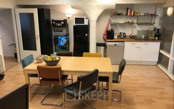 Een gezellige plek met een pantry en lunchtafel