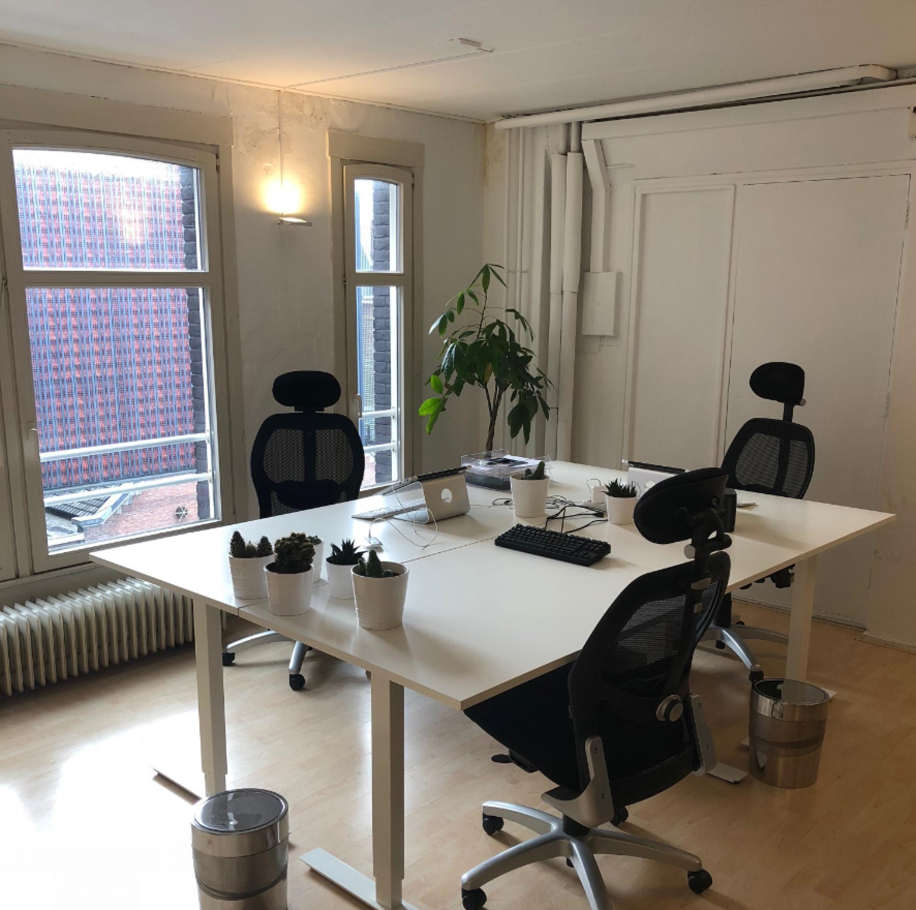 Werkplekken in kantoorruimte