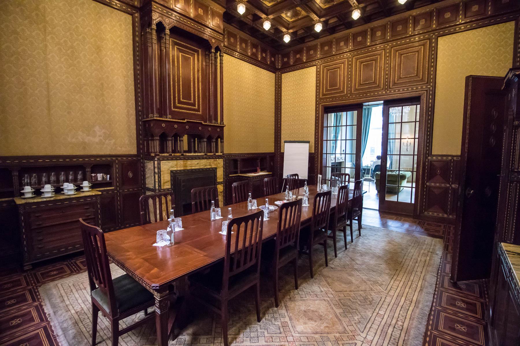 Authentieke vergaderruimte met originele eigenschappen van het pand