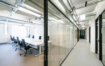 De gangen van het kantoorgebouw
