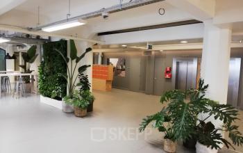 De liften in het kantoorgebouw