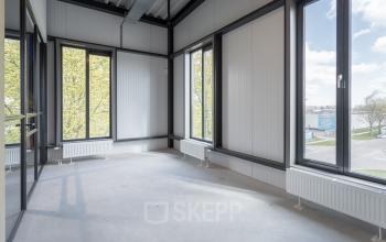 Verschillende formaat kantoorruimtes Amsterdam gratis parkeren dicht bij de snelweg
