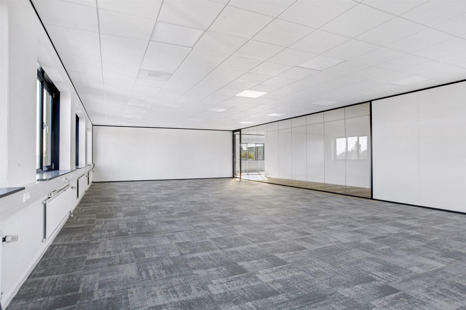 Grote kantoorunits met veel lichtinval