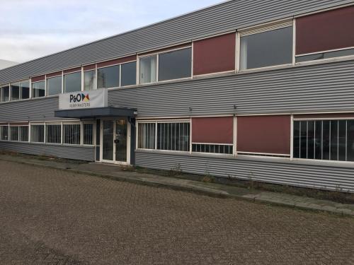 De ingang van het kantoorpand aan de Isarweg