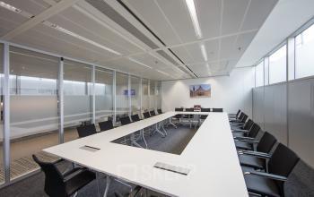 vergaderruimte groot stoelen tafel ramen uitzicht ramen transparant zuidplein amsterdam zuidas