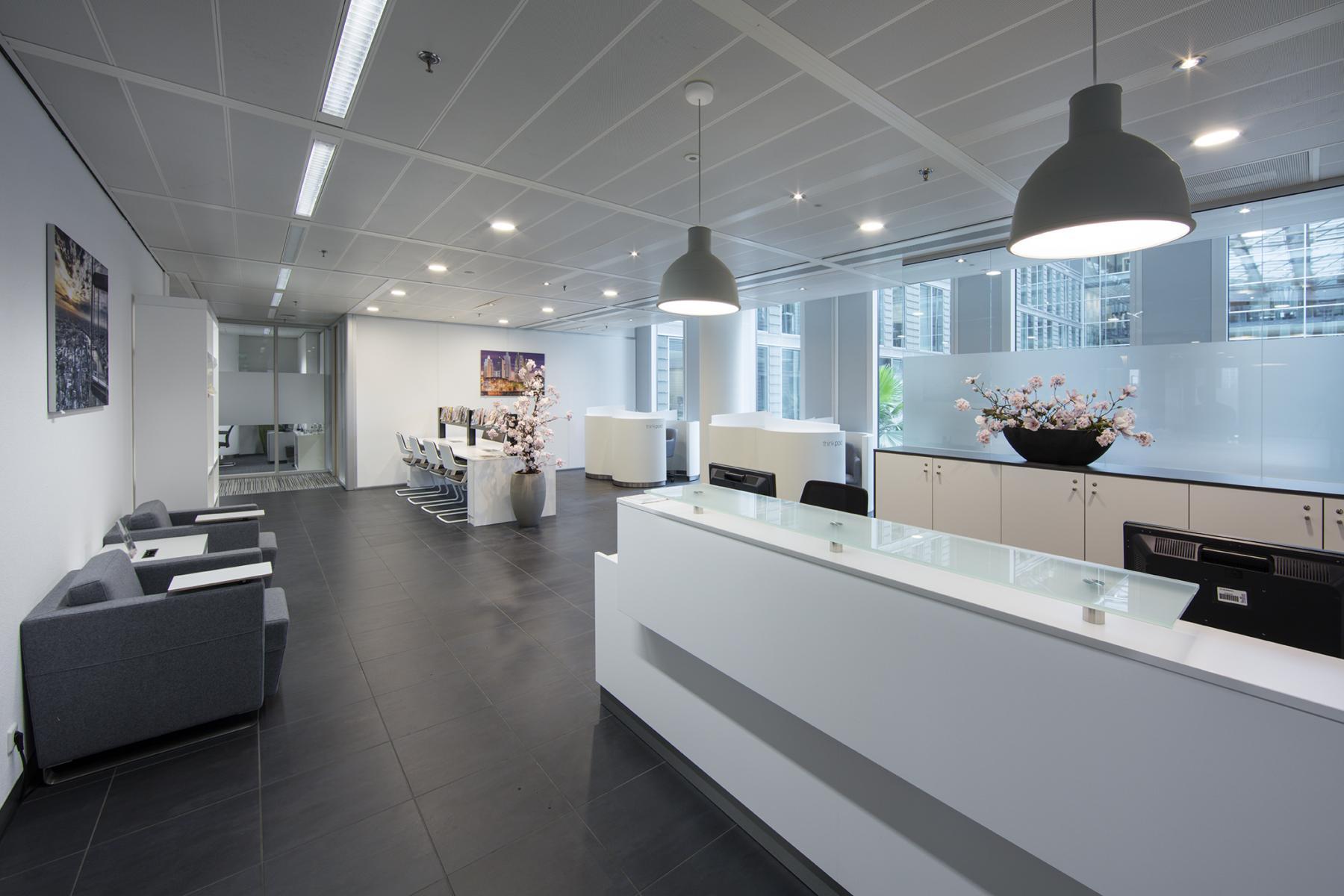 receptiebalie loungestoelen lunchtafel kantoorpand wtc amsterdam zuidas lampen ramen uitzicht