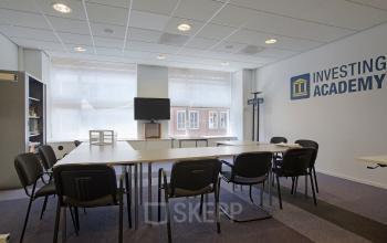 Amsterdam Singel meubilair vergaderruimte raam uitzicht TV kast
