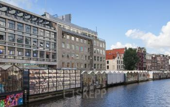 buitenzijde kantoorpand Amsterdam Singel omgeving ramen