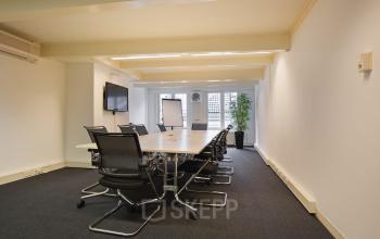 vergaderen in amsterdam herengracht vergaderruimte gemeubileerd ingericht vloerbedekking tafel stoelen raam uitzicht