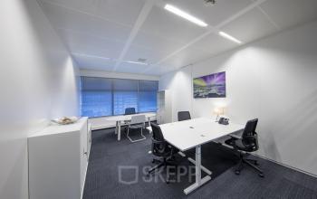 kantoorkamer bureau stoelen meubilair schilderij raam uitzicht lichtinval