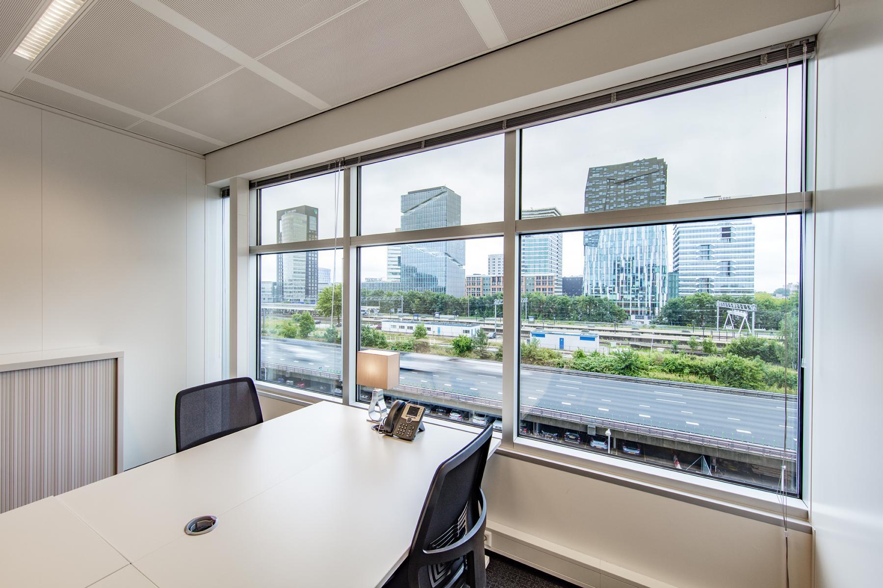 kantoorruimte kantoorkamer raam meubilair uitzicht Amsterdam