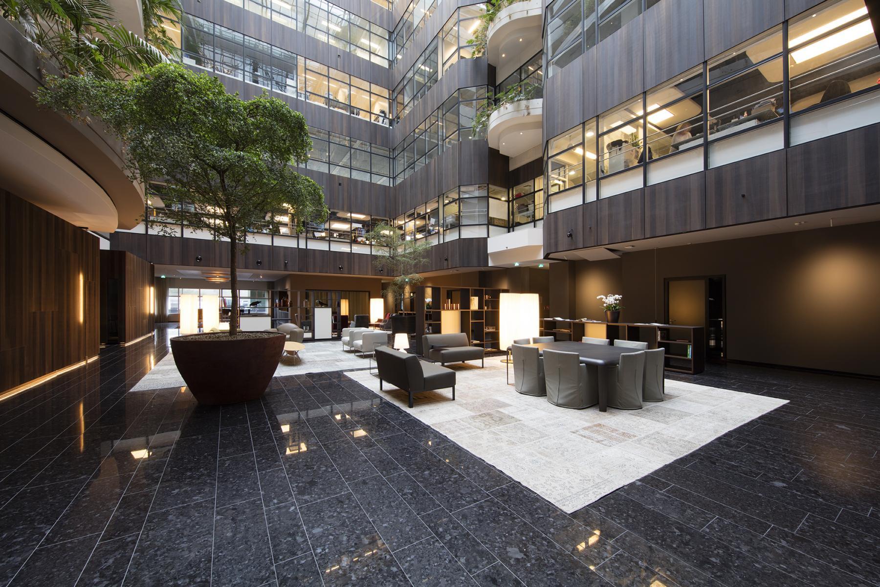 sociaalhart lounge stoelen werkplek bank plant open ruimte