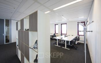 kantoorruimte te huur amsterdam sloterdijk kingsfordweg tafel stoelen kast vloerbedekking ramen uitzicht