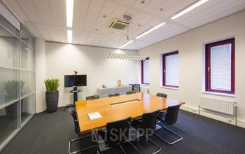 vergaderen in amsterdam sloterdijk tafel stoelen ramen uitzicht vloerbedekking ramen