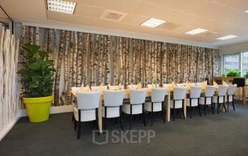 lunchruimte algemene ruimte kantoorgebouw amsterdam sloterdijk plant tafel stoelen ingericht