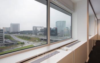 kantoorruimte met uitzicht amsterdam sloterdijk raam vloerbedekking