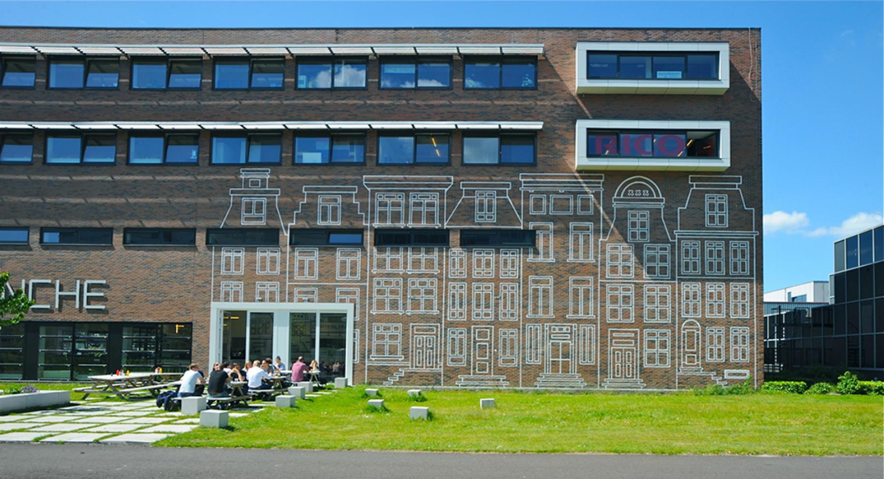 vooraanzicht entree kantoorgebouw in Amsterdam