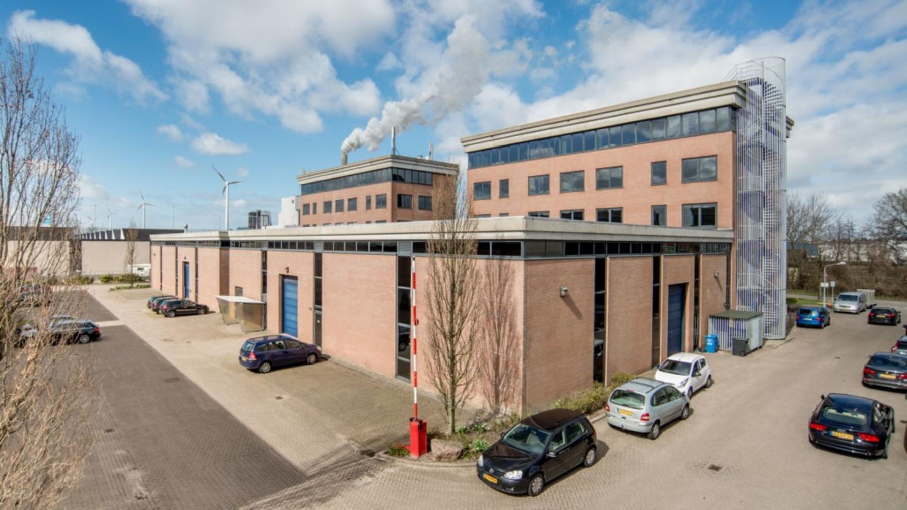 parkeerruimte bij kantoorgebouw in Amsterdam Contactweg
