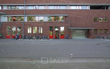 kantoorgebouw amsterdam buitenzijde fietsenstalling