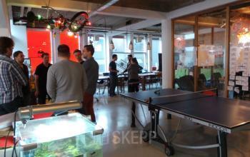 kantoorruimte met badmintontafel in kantoorgebouw amsterdam centrum rokin huren