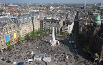 luchtfoto van het plein de dam in het centrum van amsterdam, kantoorruimte beschikbaar