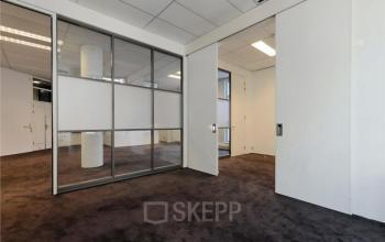 kantoorruimte ramen witte muren vloerdekking amsterdam prinsengracht