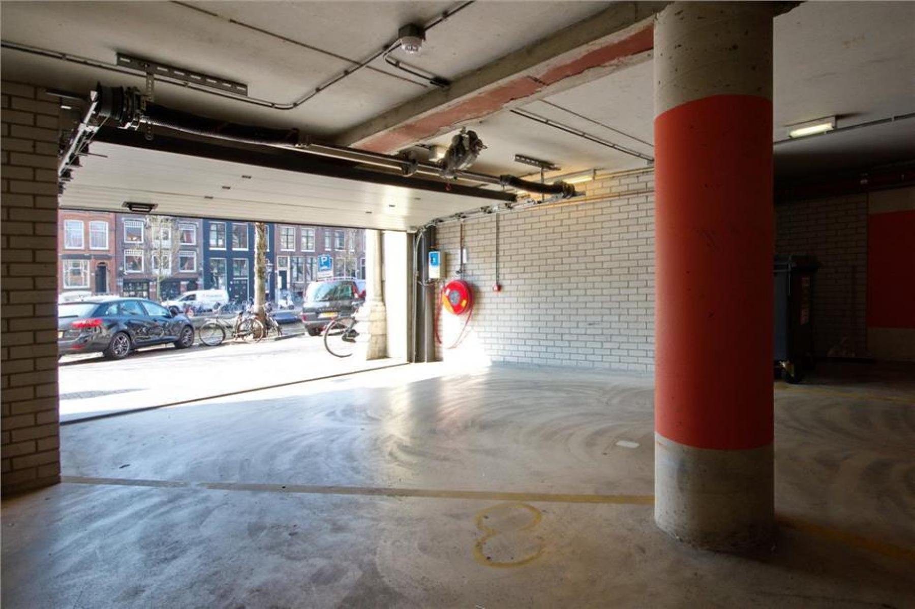 uitzicht vanuit het kantoor het parkeerterrein op de straat auto's amsterdam centrum