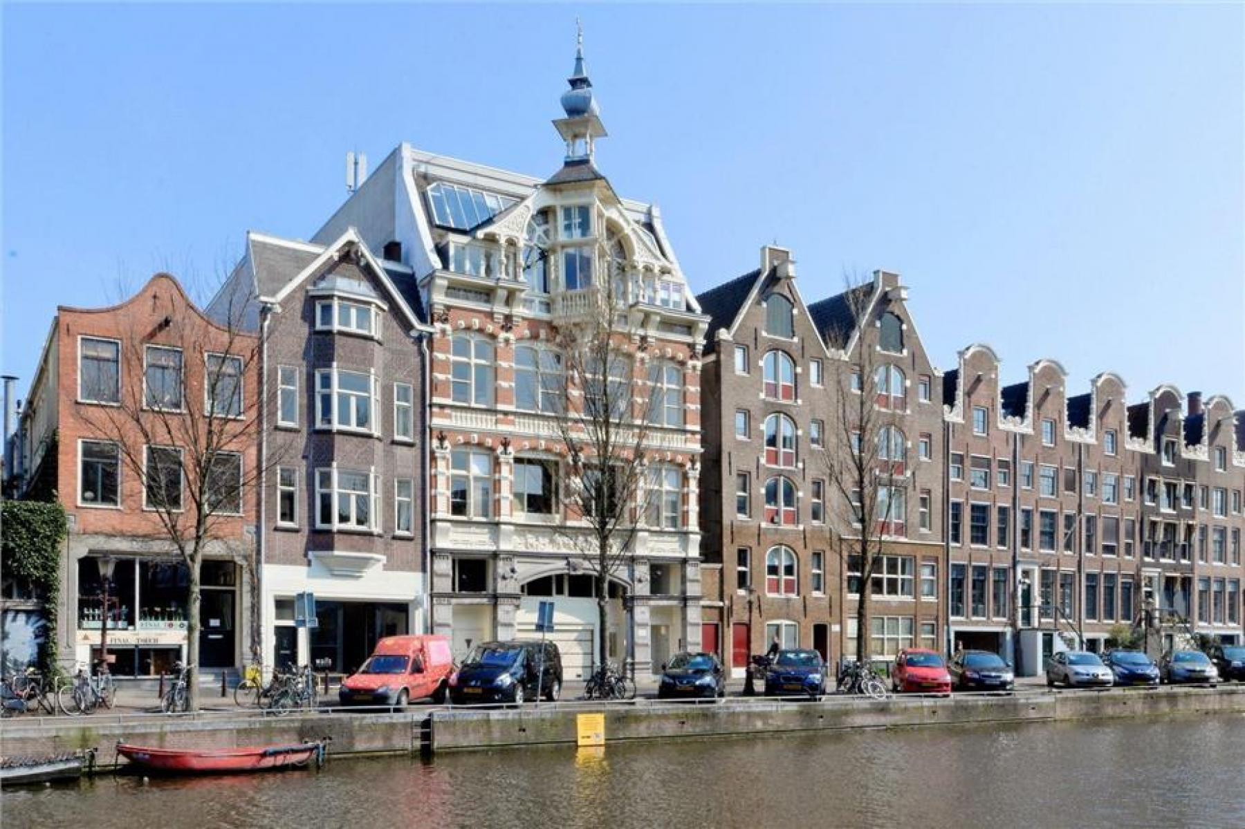 uitzicht op het kantoorgebouw prinsengracht amsterdam centrum gracht