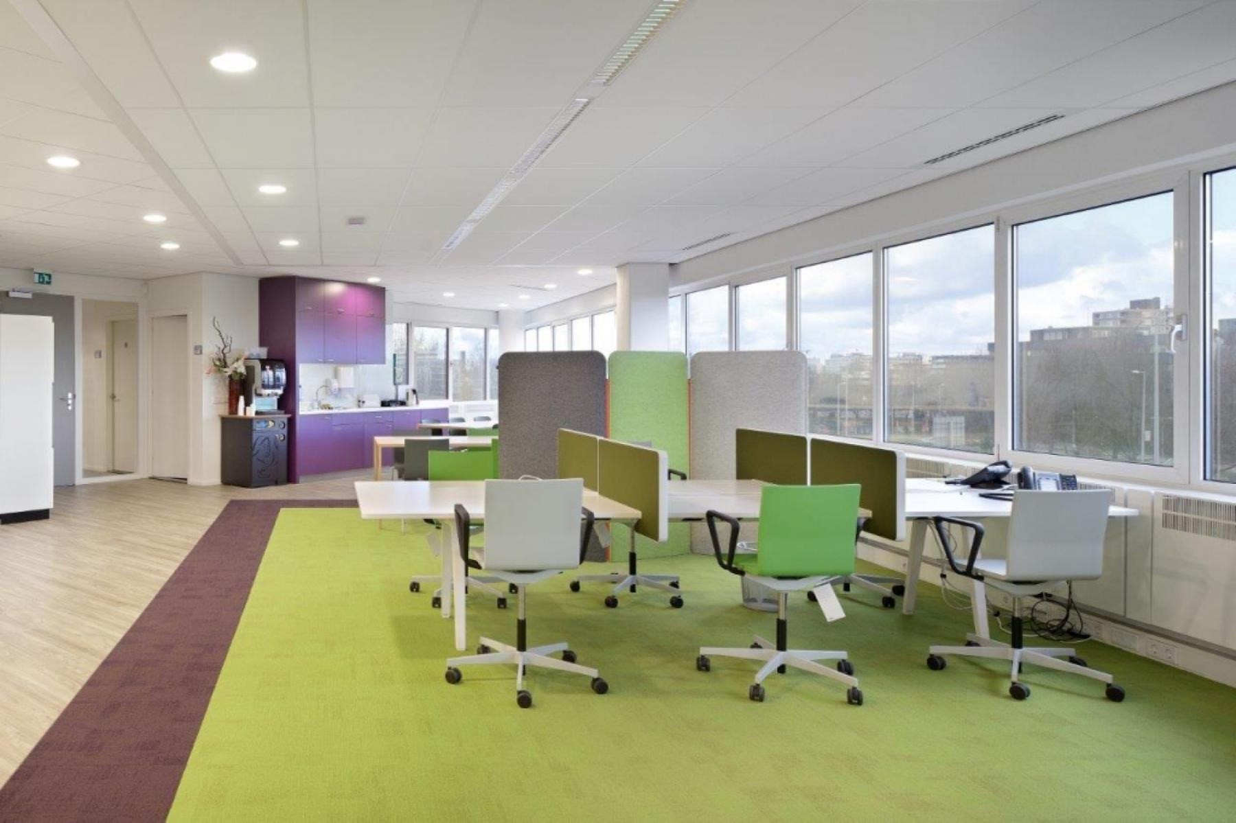 ingerichte gemeubileerde kantoorruimte bureau stoelen pantry koffiecorner kantoorgebouw amsterdam overschiestraat huren SKEPP