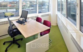 gemeubileerde kantoorruimte laptop bureaustoel stoelen bureau uitzicht amsterdam nieuw-west overschiestraat