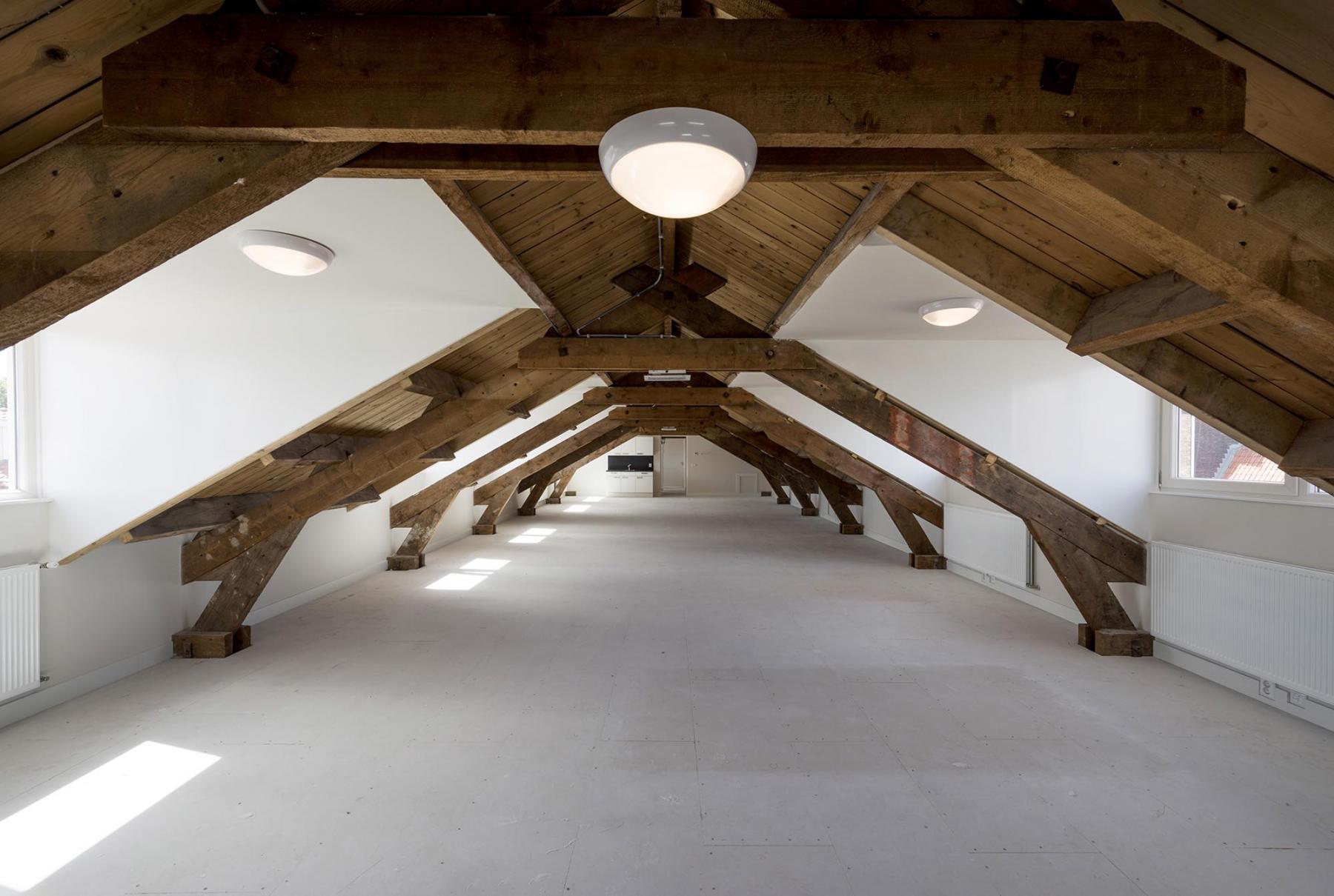 kantoorpand kantoorruimte hout balken lamp